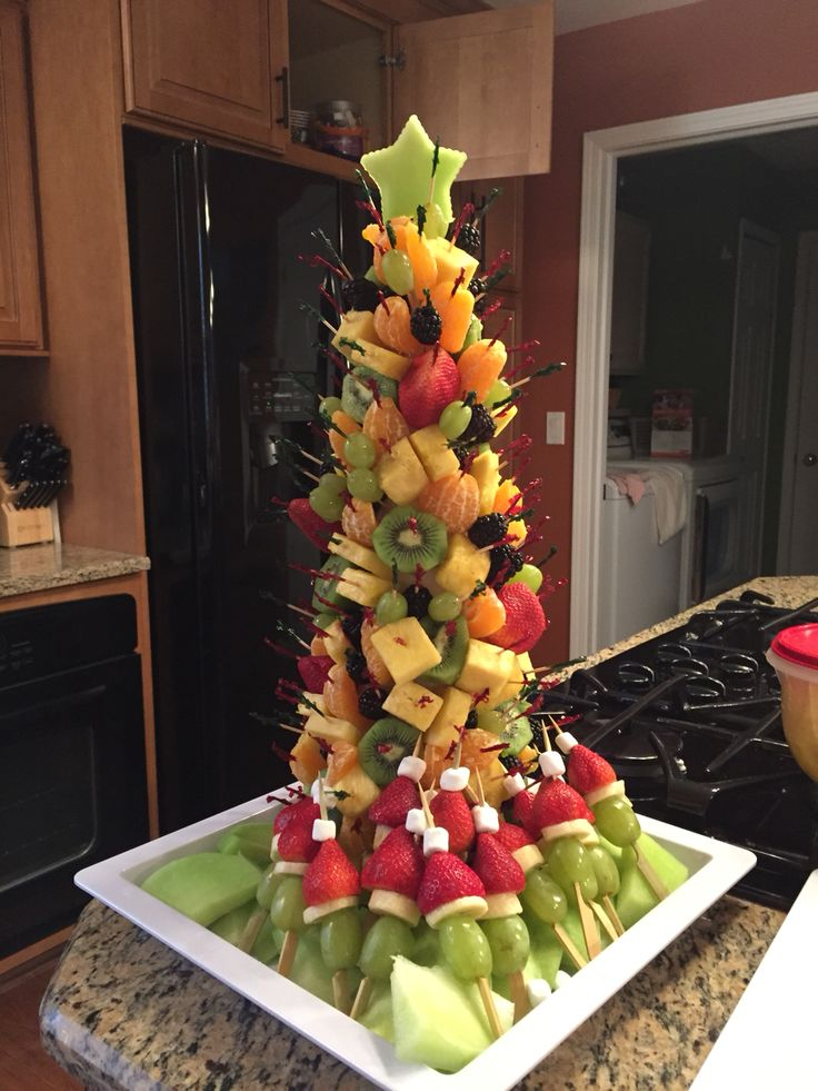 Christmas tree fruit platter is so simple and cute ...