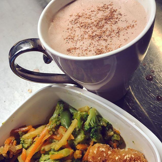 efter en iskall powerwalk i solen, gårdagens middag och en nyttig varmchoklad🥛🍫 Recept nyttig varmchoklad: Mixa 1-2 dadlar med 2dl mjölk, 1tsk kakao, 1/2tsk kardemumma och 1/2tsk kanel och värm på spisen. Så gott 😍 #wok #nugget #soja #sesam #chickennuggets #chicken #kyckling #matlåda #sweetchilisås ris MyFood MyRecipe