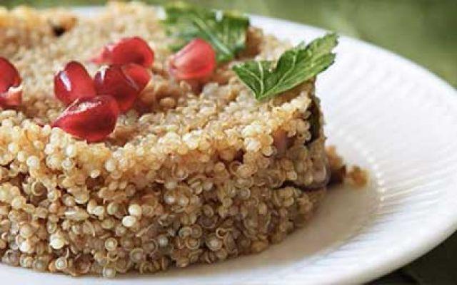 Un concentrato di proteine, ecco una ricetta light  a base di quinoa Pranzo salutare e proteico? Perchè non provare qualcosa di non animale. Un insalata di quinoa e tofu, un piatto ricco e proteico adatto a tutti. La quinoa è un cereale ma è ricca di proteine, è il c #ricettelight #ricettequinoa #quinoa