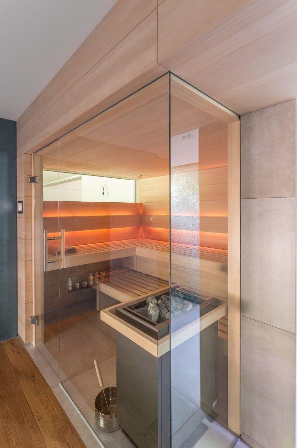 Diseño en la más alta perfección. En esta sauna purista encontrarás paz y … baños