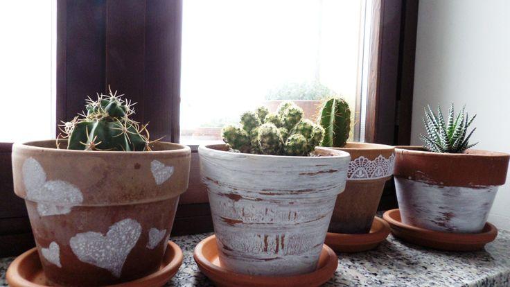 vasi di terracotta decorati con lavabile bianca