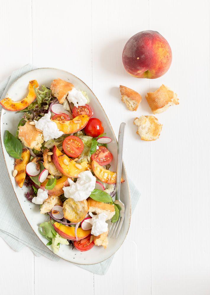 Dit is lekker. Een Panzanella salade met burrata en gegrilde perzik.