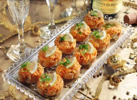 Ingredience: mrkev 200 gramů (očištěná, nastrouhaná), sýr Eidam 150 gramů (nastrouhaný), cibule šalotka 1 kus (malá), šťáva citronová 2 lžíce, majonéza 120 gramů (lehká), pepř mletý, sůl, pečivo 4 kusy (rohlíky, bagetky), cibulka jarní 1 kus (nasekaná, na ozdobu), citron 1 kus (kolečna na ozdobu).