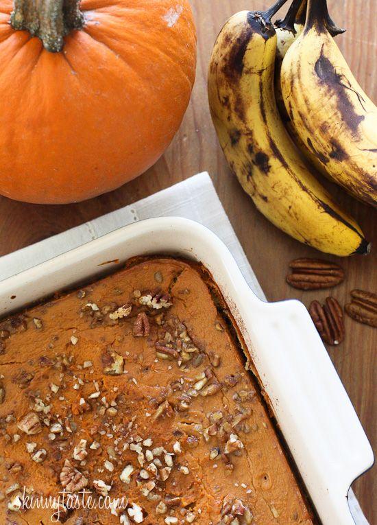 Запеченная овсянка со спелыми бананами, тыквой и орехами пекан является идеальным способом начать свое утро! Состав: 3 средних спелых банана, (зрелые, тем лучше) нарезать 1/2 кусков 1 чашка тыквы 1 ст.л меда 3 ст.л коричневого сахара 1 чашка сырых быстрого овса 1/4 стакана измельченных орехов пекан 1/2 ч.л. порошка выпечки 3/4 ч.л. корицы 1 1/2 ч.л. тыквенного пирога специи 1/4 ч.л. мускатного ореха щепотка соли 1 чашка обезжиренного молока  1 яйцо 1 ч.л. ванильного экстракта