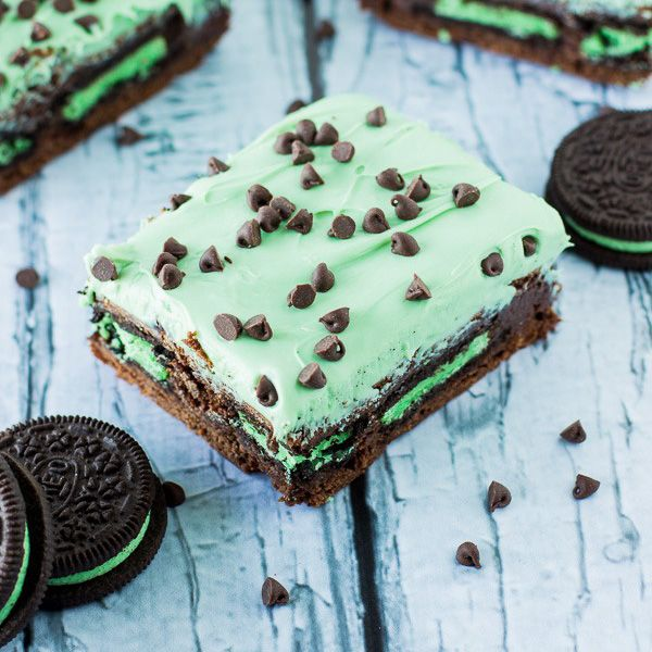 Mint Chocolate Chip Brownies recipe. Fudgy brownies, stuffed with mint oreos, topped with mint chocolate frosting and mini chocolate chips.