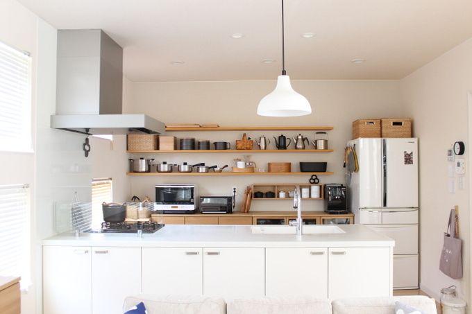 アイランド型キッチンやペニンシュラ型キッチンなどの対面キッチンの場合、壁際の背面がまるまる空きます。キッチンの背面収納をどう活用するかが、使いやすいキッチンになるかどうかのポイントです。どのようにしたら使い勝手よくきれいに収納できるのでしょうか。今回は使える背面収納のアイデアをご紹介します。