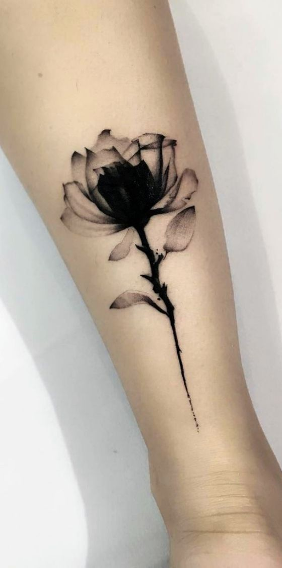 tatuagem feminina braco flor preta | Tatuagem, Fotos tatuagem feminina, Frases para tatuagem feminina