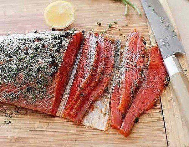 Такую вкусную красную рыбу можно приготовить в домашних условиях очень просто и быстро с минимум ингредиентов. Аромат и нежнейший вкус Вам обеспечен.Ингредиенты:Лосось (филе) - 300 гУкроп - 1 пучокЧёр…