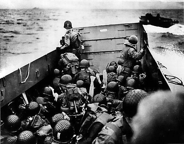 A bord du Débarquement, un certain Robert Capa Cette photo en noir et blanc est signée du grand photographe Robert Capa, seul photographe à participer au D-Day. Ses photos pour Life magazine feront le tour du monde.