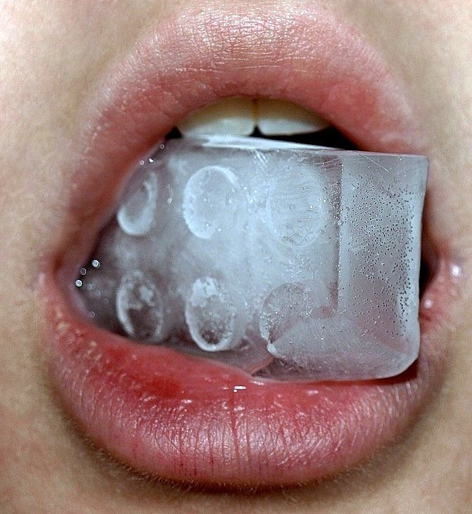 Gevoeligheid door blootliggend tandbeen is een bekend probleem . In sommige gevallen kan het echter een vervelende aandoening zijn wat de mogelijkheden en het plezier in eten en drinken kan beperken. Er zijn tandpasta's met speciale toevoegingen die tandhalsgevoeligheid tegengaan en ik heb in mijn praktijk een speciaal applicatiemiddel tegen tandhalsgevoeligheid. Bel voor een afspraak 075 6165754 of E-mail info@zuid5.nl