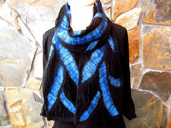 8 x 72(21 x 183 cm) Merino wol vezels, zijn in gemengde blauwtinten, NAT vilten op zwarte zijde chiffon in dit bijzondere en opvallende abstract ontwerp. Elke regel is uiteengezet in zwarte merinoswol, met zwarte accenten maken de kleurpatronen pop uit. Sjaal Kanta is zwarte merinoswol. De achterkant van de sjaal is de zijde stof, textuur waar de wol en zijde zijn gekrompen en gebonden in de nuno vilten proces tonen. Wat is de nuno vilten? Nuno vilten is een techniek van NAT vilten vezel op…