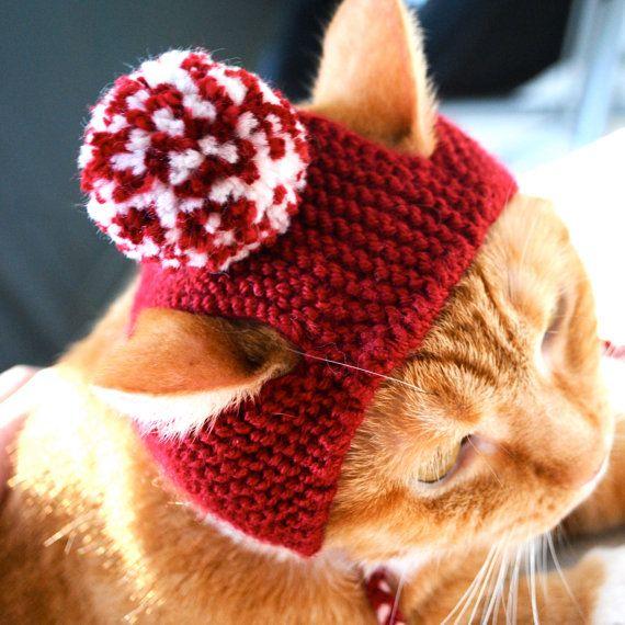 Incluyen su gato en las celebraciones de la Navidad (o de San Valentín) con un sombrero de gato de pom pom festivo! Este traje de gato adorable sombrero gato se hizo con crimson rojo y blanco mezcla acrílico hilados y adapta a un gato adulto promedio. Ideal para un regalo o como un regalo para tu propio gatito!  Todas las órdenes se envían en primera clase por USPS. Por favor ver sección de anuncios de tienda para la producción hasta la fecha y tiempos de envío.  Sígueme en Twitter…