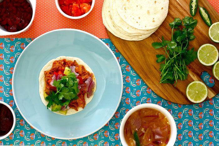 Cómo hacer cochinita pibil en Crock Pot o slow cooker. Receta paso a paso. Descubre esta y otras recetas con carne de cerdo en olla de cocción lenta.
