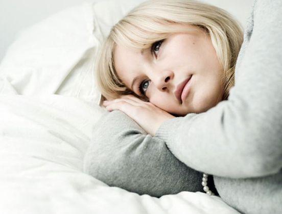 Viele ältere Menschen haben Probleme mit Schlaflosigkeit. Doch woran liegt es, dass betagte Menschen häufig schlechter schlafen als ihre jüngeren Mitmenschen?