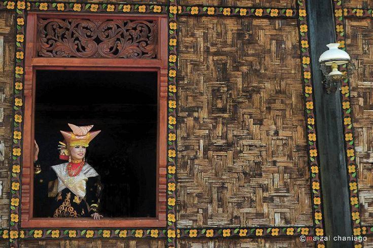 """""""""""GADIH MINANG"""" 2 Seorang gadis Minang berdiri dibelakang sebuah jendela rumah adat Minangkabau lengkap dgn pakaian adat khas Minangkabaunya. Follow…"""""""
