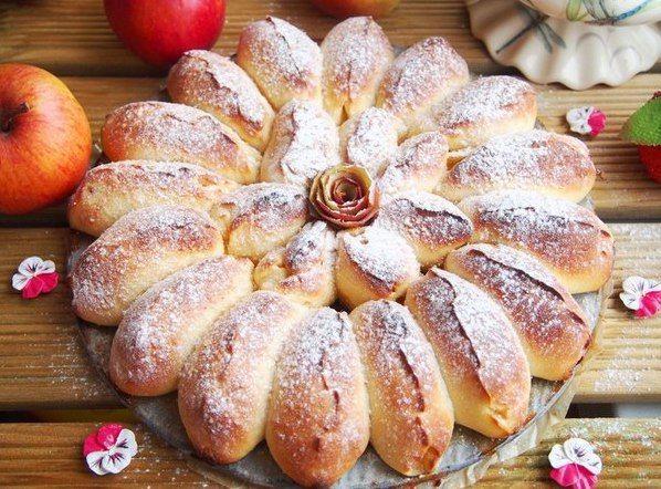 Отрывной яблочный пирог. Ингредиенты: Тесто: Молоко — 150 мл. Дрожжи быстрорастворимые — 1,5 ч.л. Яйцо — 1 шт. Сметана — 1 ст.л. Сахар — 1,5 ст.л. Соль — 1/2 ч.л. Масло сливочное — 50 гр. Мука — 370 гр. Начинка: Яблоки — 3 шт. (небольшие) Сахар тростниковый — 40 гр. Корица — ½ ч.л. Растительное масло — для смазки формы Приготовление: 1. В теплом молоке развести дрожжи. Добавить сахар, соль, сметану, яйцо и растопленное сливочное масло. Хорошо перемешать. Просеять муку. Замесить тесто…