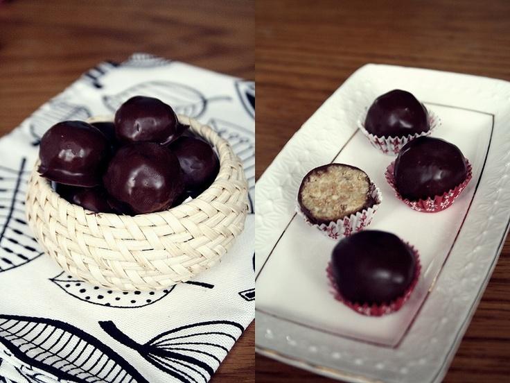 """Рецепт:  100 г печенья """"Юбилейное""""   100 г белого шоколада  3-5 ст.л. ликера (у меня Моцарт из белого шоклада)  глазурь из молочного шоколада или просто шоколад"""
