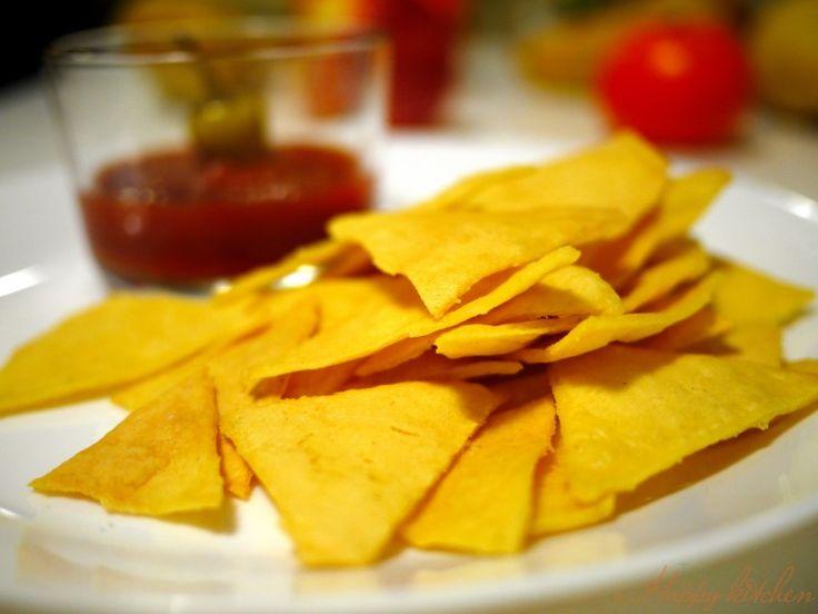 I nachos sono uno snack tipico della cucina messicana, molto popolare in gran parte del mondo. Sapete che fare i mitici nachos messicani in casa è molto semplice? E il risultato sarà mille volte più croccante, sano e saporito. Ecco come: