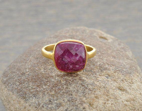 Véritable coussin Ruby 10mm Micron Gold Plated 925 Sterling Silver Ring - #1043 ******************************************************* Code article : 1043  Métal : argent 925  Placage : Micron plaqué or  Détail de la pierre : Ruby, coussin facetté, 10 x 10 mm  Meilleur prix garanti ***  Comme le montre la fascination de faire vos propres bijoux votre individualité, vos goûts et votre création, bijoux avec pierres précieuses belles et colorées et pétillante métal fait ressortir les émotions…