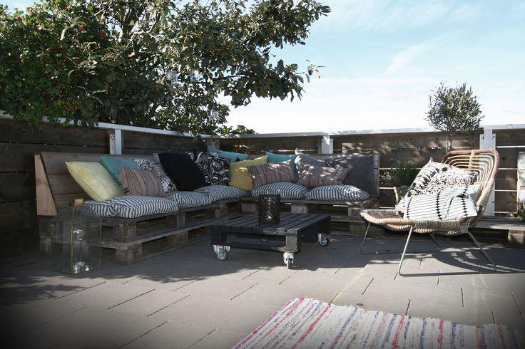 Lounge av lastpallar på restaurang Hattaviken i Varberg. #pallets #lastpall #hattaviken #terrace