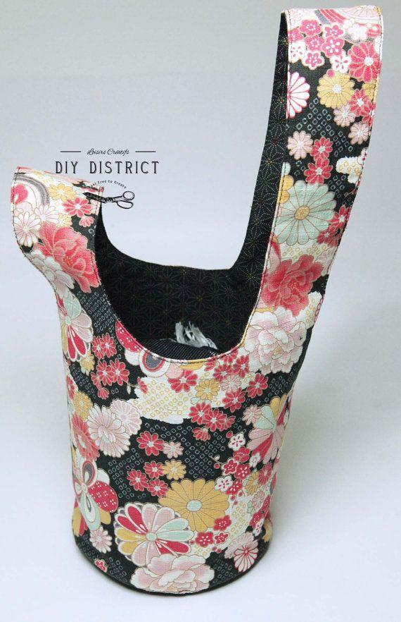 Sac Japanese Knot-bag, fait main en tissu Japonais. Un petit Knot bag Japonais fait main, se ferme en glissant une anse dans l'autre et se porte au