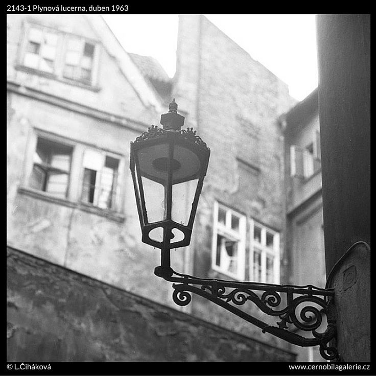 Plynová lucerna (2143-1) • Praha, duben 1963 • | černobílá fotografie,Clam-Gallasův palác, lucerna, lampa, nádvoří, okna |•|black and white photograph, Prague|