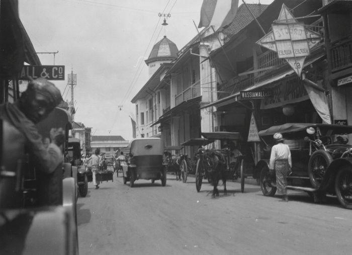 Verkeersdrukte in de Kembang Djepoen, Soerabaja. Rechts reclame voor koopjes tijdens de opruiming bij Wassiamall & Co.Kembang Djepoen 20 Januari 1927 (COLLECTIE TROPENMUSEUM)