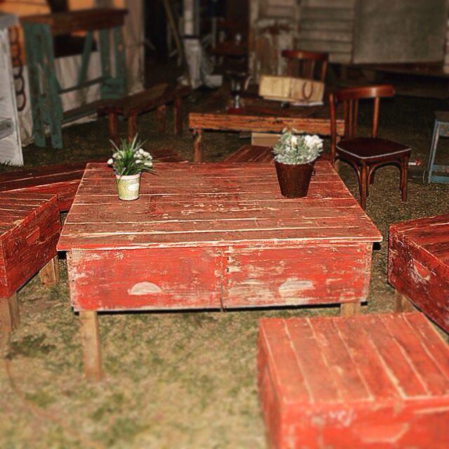 Bancos y mesa con cajones de colmena