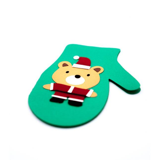 Felicitare Craciun sub forma de manusa, realizata din carton verde cu model in forma de ursulet
