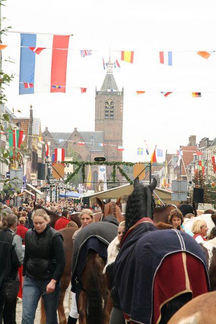 Paardenmarkt in Vianen. Jaarlijks op de Voorstraat op de woensdag voor de tweede donderdag in oktober.