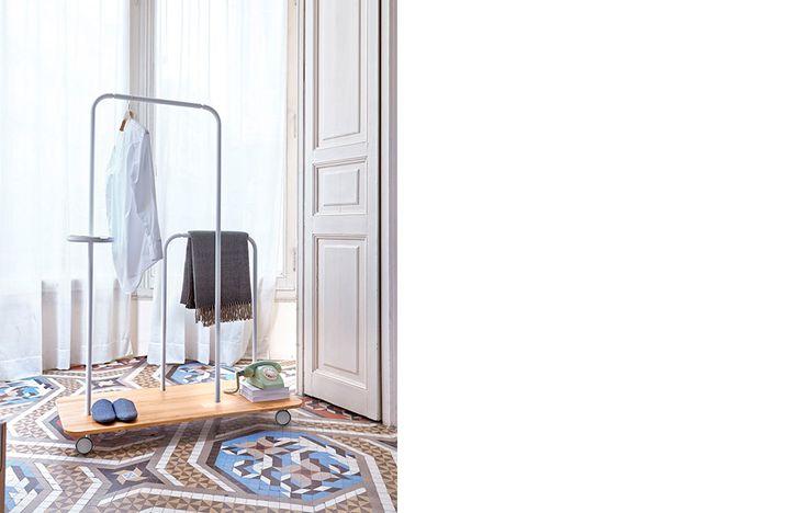 Platel es un práctico y versátil galán de noche que permite optimizar el espacio y aporta un toque de diseño a la estancia. distribuido por la firma Punt.