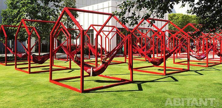 Инсталляция Los Trompos. Интерактивная модернизации классической типологии вертушки.