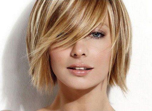 Voici une magnifique coloration qui va à ravir à cette jeune femme. On peut voir que dans ses cheveux châtains, son coiffeur a coloré plusieurs mèches en blond, de façon à ajouter encore plus de douceur à l'ensemble. Les cheveux sont courts et ont été coupés au carré, et une longue mèche traverse le front, camouflant un oeil.