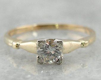 Das Gold von dieser antiken Ring ist warm und weich in Farbe, aber mit einem perfekt Polnisch zierte. Eine Schicht des weißen Goldes steigert die Diamant, ein antiken Stein mit viel Glanz.  Metall: 10K Gelb und Weissgold Edelstein: Diamant-.04 Karat, J in Farbe, SI1 in Klarheit Edelstein-Messungen: 1,9 mm, Runde Ring Größe: 4,75 Marken: A & Z10 auf der Innenseite gestempelt-Band  SKU #: VJEWXR-P  Jedes Stück wurde identifiziert und klassifiziert durch ein Graduate Gemologist, die durch di...