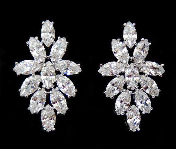 Belíssimo Brinco prata totalmente cravejado com pedras de zircônia cristal. Semi jóia com 2,8 cm de comprimente. Obs: Este brinco acompanha tarrachas sutiã de orelha. Ref. Z282.