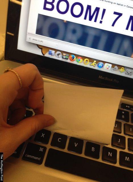 Use a cola do Post-it para tirar aquelas sujeiras e poeira difíceis de alcançar no seu teclado.