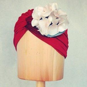 Turbante de terciopelo rojo con hortemsia Luisa Gala