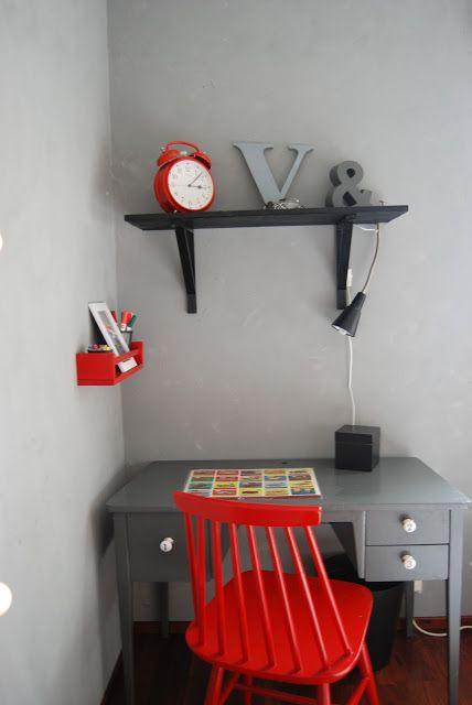 Niittykulma-blogin pojan huone. Ihana pöytä kirppikseltä
