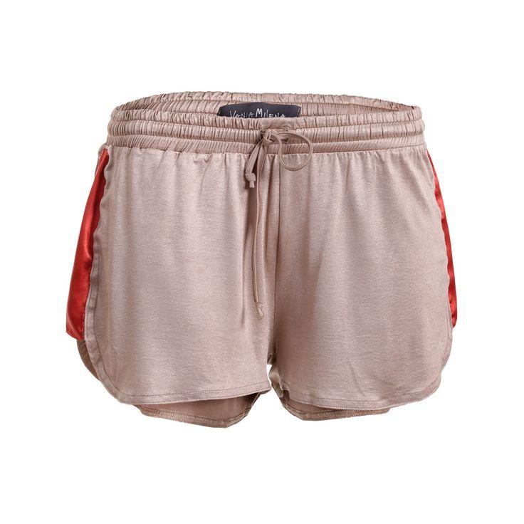 Short Sport, Vania Milena, $32.000. Short color arena con franjas en los costados naranja, este short es ideal para un día de playa combinándolo con una blusa blanca suelt...