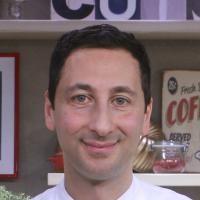 Lo Chef Pugliese Fabio Abbattista ha preparato per Giallozafferano le orecchiette, il tipico formato di pasta fresca pugliese.