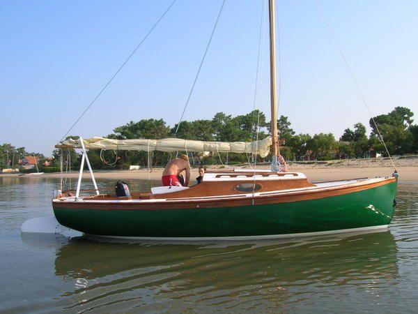 Le méaban 2 a été mis à l'eau en début de saison , il navigue très régulièrement dans le bassin d'Arcachon. Le tirant d'eau est très faible, un plaisir d'aller chercher son bateau à pied. Quelques photos sous voiles au bassin d'Arcachon. La barre est...