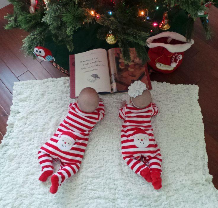 Tweeling leest boek bij kerstboom
