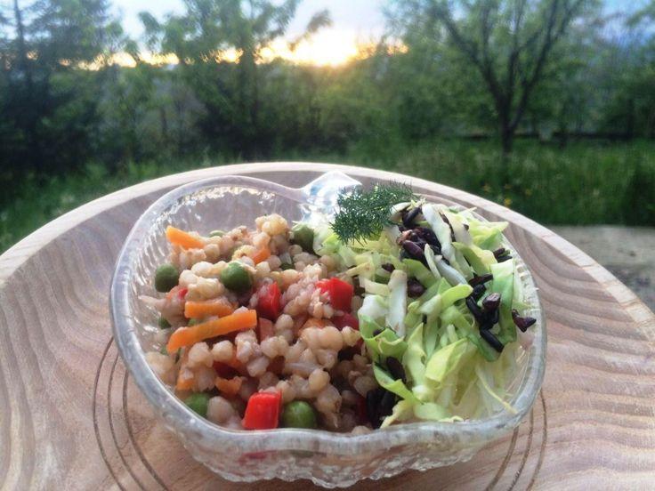 Pilaf de hrișcă și legume - o combinație delicioasă de hrișcă, legume colorate și aromate, acompaniate de o salată crocantă de varză. Poftă bună!