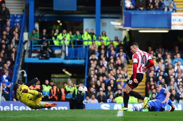 Connor Wickham (C) of Sunderland scores past Mark Schwarzer the Chelsea goalkeeper during the Barclays Premier League match between Chelsea ...