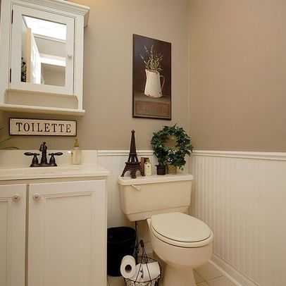 White and tan bathroom white wainscoting tan walls bathroom ideas pinte - Decoration toilette gris ...