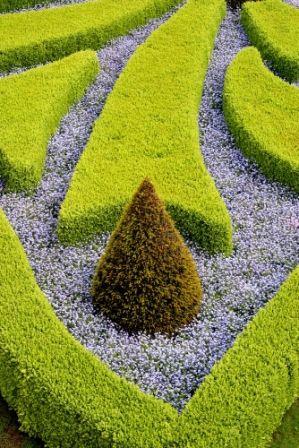 go2prague.com Prague Castle French gardens. The living geometry