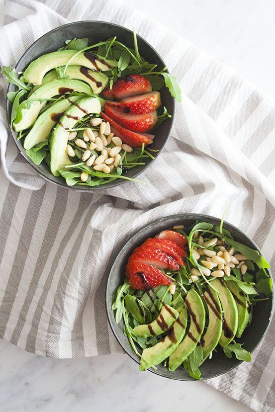 Insalata di rucola con fragole e avocado