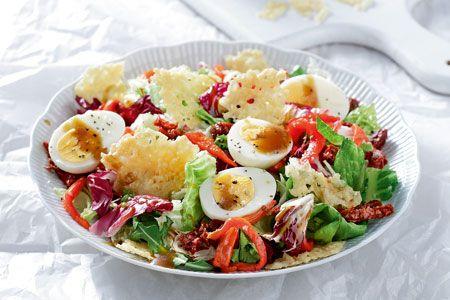 Σαλάτα με αυγά, τσιπς παρμεζάνας και πιπεριές Φλωρίνης - Salad with hard boiled eggs, parmezana chips and red peppers