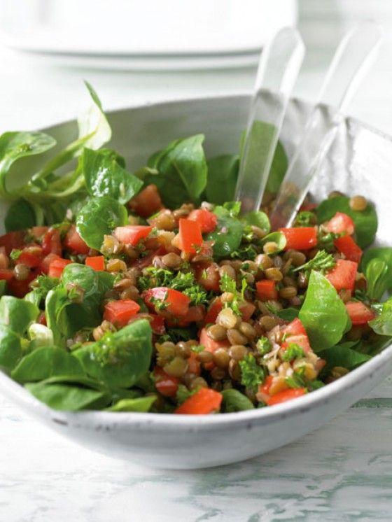 Linsen schmecken auch hervorragend als Salat, mit Tomaten, Schalotte, Petersilie, Feldsalat und einem sauren Dressing ein echter Gaumenschmaus.