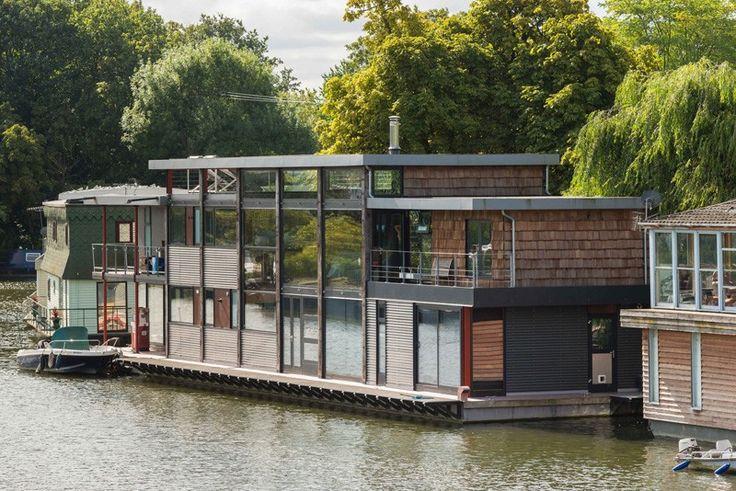 Wohnen im modernen Hausboot   Wohnen auf einem Boot ist verbunden mit einer gewissen Romantik und Abenteuerlust. In England gibt es viele Bootshäuser: Einige sind bunt und bohemienhaft und mit den klassischen Bootshausmotiven wie Rosen und Schlössern bemalt, andere sind topmodern. Dieses gehört zur letzteren Sorte und ist eher eine schwimmende Villa. Architektur: MAA Architects Quelle: Contemporist In England gilt: «My home is my castle» – und manchmal ist dies ein Boot. Dieses Hausboot...